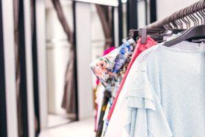 Organizacja szafy - wełniany płaszcz i duże okulary